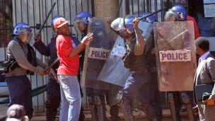 Audio «Simbabwe: Demonstrationen gegen Mugabe» abspielen.