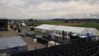 Das noch leere Openair-Gelände. An zwei Tagen erwarten die Organisatoren hier insgesamt 9000 Besucher. Musik wird auf der Hauptbühne (links) und auf der Zeltbühne gespielt (Bildmitte).