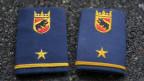 Zu sehen sind zwei Schulterzeichen von Polizisten der Kantonspolizei Bern.