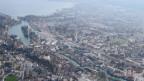 Luftaufnahme der Stadt Thun inklusive Thunersee.