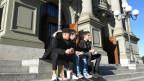 Drei Jugendliche vor dem Stadttheater Bern.