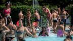 Menschen im Schwimmbecken