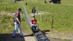Besucherin auf einer Rodelbahn.