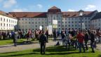 Rund 200 Personen demonstrierten vor dem St. Galler Regierungsgebäude