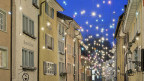 Eine beleuchtete Gasse in der Altstadt von Baden.