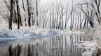 Verschneite Flusslandschaft.