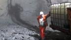 Ein Arbeiter steht im Tunnel.