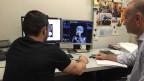 Zwei Männer vor dem Computer.