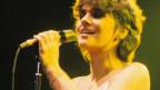 Die junge Linda Ronstadt singt auf der Bühne.