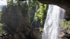 """Eindrucksvoll stuerzt der """"Berglistueber"""" in einem tosenden Wasserfall ueber eine Felswand vom Urner Boden auf 1200 Meter in die Talsohle der Linth bei Linthal"""
