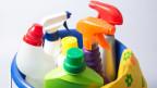 Reinigungseimer mit diversen Putzmitteln und Reinigungshandschuhe.