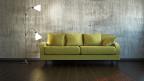 Grünes Sofa mit Stehlampe.
