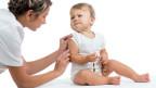 Ein Kleinkind erhält eine Impfung.