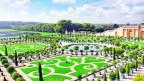 Aufwendig inszenierter Garten mit Springbrunnen.