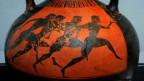 Eine Vase mit Zeichnungen von olyampischen Wettkämpfen.