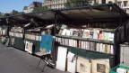 Bücherstande vor Hausfassaden in Paris-