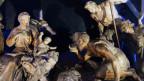Weihnachtskrippe: Bauern bestaunen das Jesuskind im Stall.