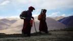 Zwei Nonnen aus Tibet auf Wanderschaft.