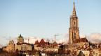 Sicht auf die Berner Altstadt mit Berner Münster und Bundeshaus.