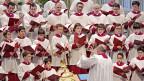 Ein grosser Chor singt in einer Kirche
