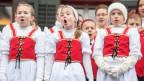 Jodelnde Mädchen in Schweizer Trachten.