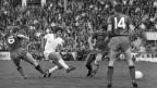 Die Basler Spieler Juergen Sundermann, Nummer 6, Bruno Michaud, Mitte, und Bruno Rahmen, Nummer 14, versuchen vergeblich, den Zuercher Rosario Martinelli bei der Schussabgabe zu behindern. Der FC Zuerich, in hellen Leibchen, gewinnt im Mai 1970 den Cupfinal im Wankdorf-Stadion in Bern gegen den FC Basel nach Verlaengerung mit 4 zu 1 Toren.
