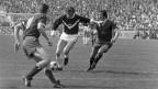 Ein Lugano-Stuermer versucht sich gegen zwei Servettiens durchzusetzen. Servette gewinnt den Cupfinal gegen den FC Lugano mit 2 zu 0 Toren, aufgenommen am 12. April 1971 im Stadion Wankdorf in Bern.