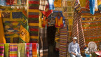 Bunter Teppichladen in Essaouira, Marokko.