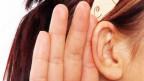 Symbolbild: Nahaufnahme von einem menschlichen Ohr.