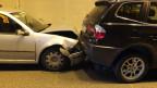 Ein Auto fährt in ein anderes Auto.