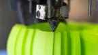 3D Drucker druckt grünes Gefäss.