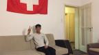 Jawad in seiner 6er WG - die Wohnung ist karg, alt und eng. Als Dank ans Gastgeberland haben sie die Flagge aufgehängt.