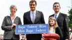 Roger Federer mit Strassenschild.