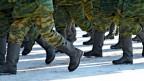 Stiefel und Beine von marschierenden Soldaten