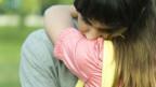 Zwei sich umarmende Menschen