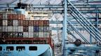 Containerschiff im Hafen von Rotterdam.