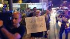 «Obama – Cobarde!», Feigling!,  steht auf dem Plakat; auf anderen Plakaten steht «Thank you Obama!» Nach über 50 Jahren Feindseligkeit jetzt plötzlich Friede, Freude, Eierkuchen? Eine schwierige  Vorstellung für einige der älteren Exil-KubanerInnen.