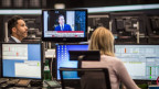 Mitarbeiter der Frankurter Börse verfolgen den Brexit-Entscheid am Fernsehen.