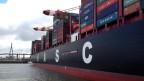 In der Containerschiffahrt gibt es seit Jahren den Trend, immer mehr, immer grössere Schiffe zu bauen. Das soll eigentlich Kosten sparen: je grösser das Schiff, so die Überlegung der Reeder, desto mehr Container passen drauf. Pro Container fallen also weniger Kosten an.