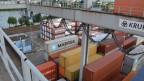 Bei den Basler Rheinhäfen werden jährlich rund 100'000 Container umgeschlagen.