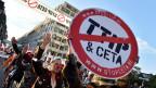 Auch in der Schweiz wächst die Koalition der Zweifler. SP, Grüne, Gewerkschaften, Umweltverbände wie Greenpeace und Dritt-Welt-Aktivisten wie Alliance Sud wollen gegen die grossen Freihandelsabkommen wie TTIP oder TISA auf die Strasse gehen. Bild: Tausende protestieren in Brüssel gegen TTIP und CETA am 20. September 2016.