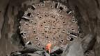 Ein Mineur bei der Tunnelbohrmaschine «Sissi». Mit 57 km ist der neue Gotthard-Basistunnel der längste Tunnel der Welt. Er kostet über 13 Milliarden Schweizer Franken. Das Werk  bildet das Herzstück der neuen Eisenbahn-Alpentransversale NEAT.