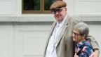 Dieter Behring, der mutmassliche Millionenbetrüger und seine Ehefrau Ruth, verlassen das Bundesstrafgericht in Bellinzona.