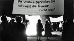 Im Jubiläumsjahr sei es wichtig, zu erinnern, dass den Frauen jahrzehntelang ein Menschenrecht verwehrt wurde, sagt die Historikerin und spricht von einem «historischen Unrecht». Bild: «Die wahre Demokratie schliesst Frauen nicht aus» steht auf einem Transparent an einer Frauendemo 1969.