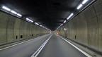 Riesig wirkt die leere Tunnelröhre. Der Wind streicht von Süd nach Nord und trägt Arbeitsgeräusche vorbei. So kann man im Berg auch demütig werden.