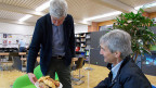 Schulleiter und Mathematiklehrer Hans-Ulrich Giger bietet Jürg Brühlmann Gipfeli an.