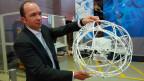 Erik Wirsing, der Innovationschef des Logistikunternehmens DB Schenker,  mit einer Drohne, die nicht nur fliegen, sondern auch rollen kann.