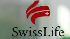 Einen echten Ausweg, mit den tiefen Zinsen längerfristig klar zu kommen, gibt es in der Versicherungsbranche nicht. Das dürfte sich in naher Zukunft auch nicht ändern: Experten gehen davon aus, dass die Zinsen in der Schweiz noch sehr lange sehr tief bleiben werden.