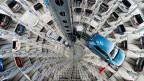 Neue Volkswagenautos in einem Autoturm von VW in Wolfsburg, Deutschland im 2016.