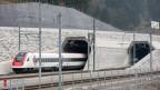 Ein Personenzug fährt ein im Tunnelportal Nord des Gotthard-Basistunnels am 14. November 2016.